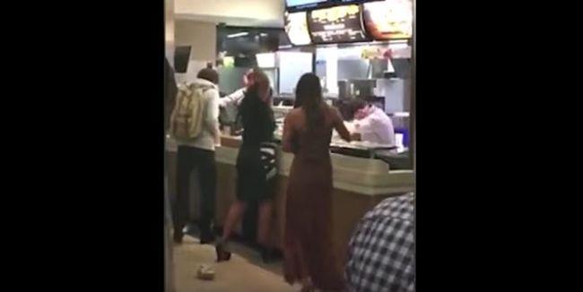 Összeverte a Meki pénztárosát két nő, mert várniuk kellett - videó