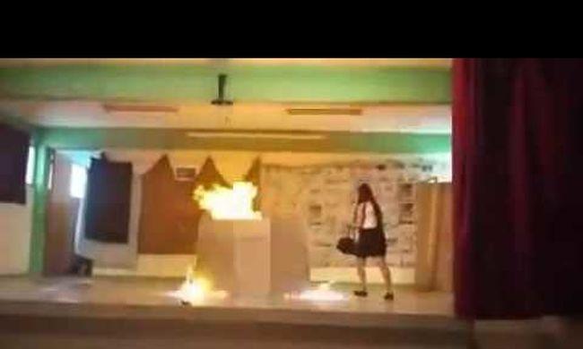 Kigyulladt az iskolai színpad, kirúgták a tanárt - videó