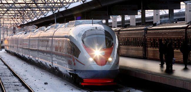 Késsel és tűzzel támadt egy férfi egy vonaton