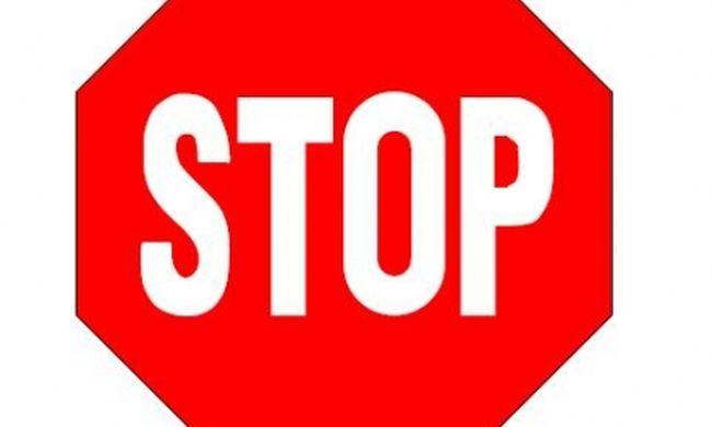 Életéért küzd az anya és lánya, mert a fiatal nő nem állt meg a stoptáblánál