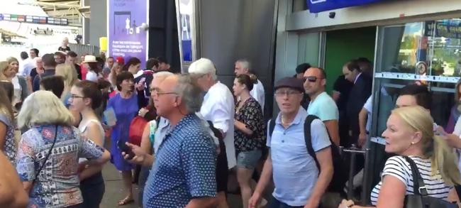 Gyorshír: kiürítették a nizzai repteret egy gyanús csomag miatt - videó