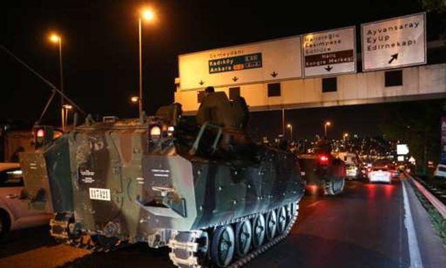 Tüzet nyitott a hadsereg a tüntetőkre, pánikhangulat Törökországban