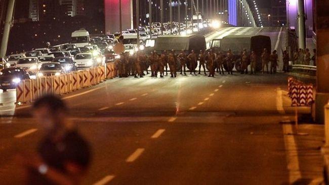 Még lövöldöznek, több civil is meghalt a puccskísérletben