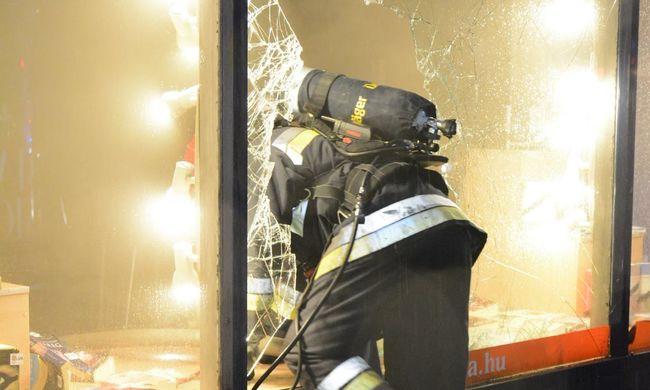 Így égett éjjel a budapesti könyvesbolt - videó