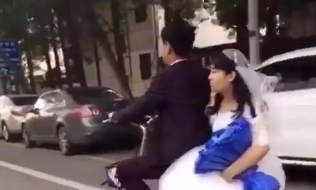 Leesett a menyasszony a motorról, vőlegénye megállás nélkül továbbhajtott nélküle - videó