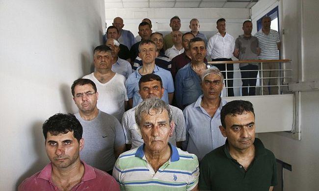 Így vitték a bűnös katonákat kihallgatni Törökországban