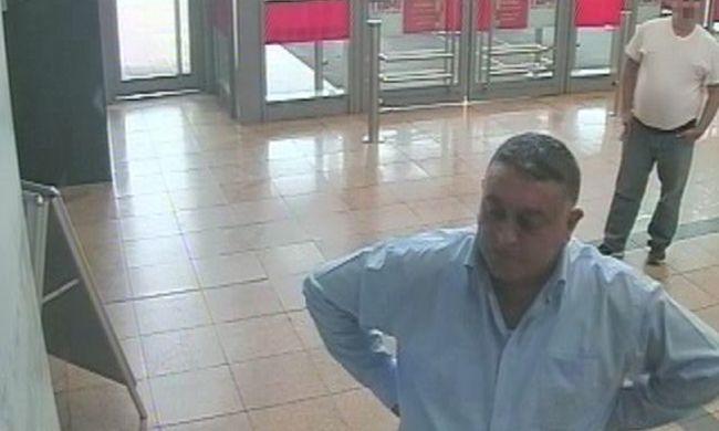 Csípőre tett kézzel nézelődött a tolvaj a bevásárlóközpontban. Felismeri?