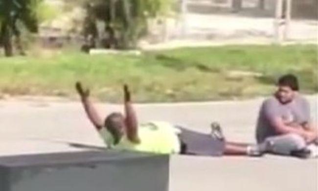 Hiába volt a magasban a keze, lelőtték a rendőrök a fekete férfit - videó