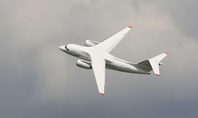 Hajszálon múlott a tragédia, földhöz vágta a szél a repülőt - videó