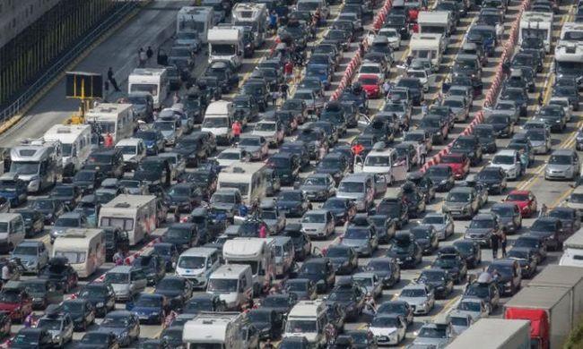 Több ezren ragadtak az autópályán - videó