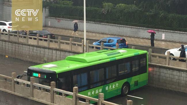 Hihetetlen, mit csinált a buszsofőr! - videó