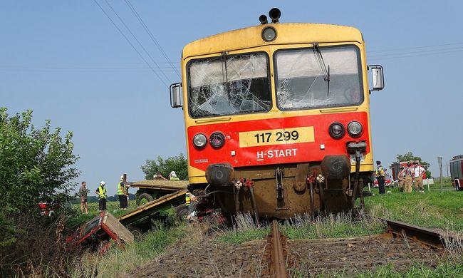 Kisiklott a vonat, a kocsi vezetőjét jelenleg újraélesztik
