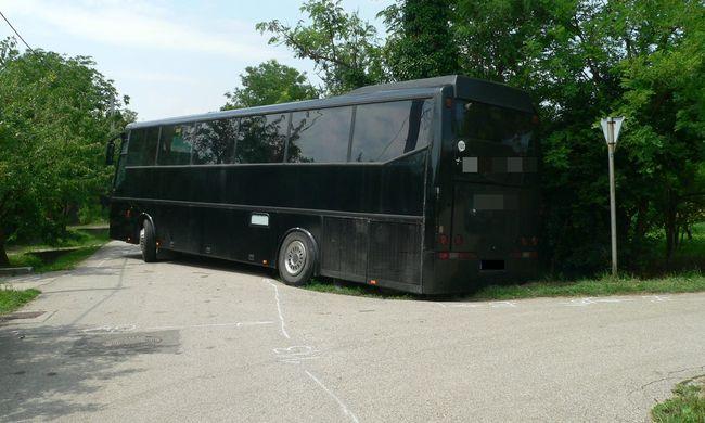 Ellopott egy buszt, majd az árokba borult