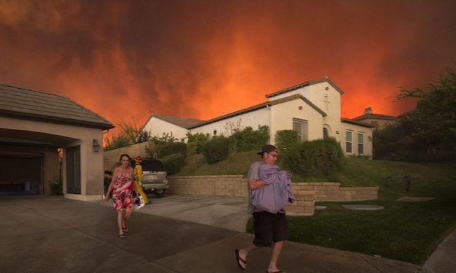 Több százan menekülnek a pusztító tűz elől - videó