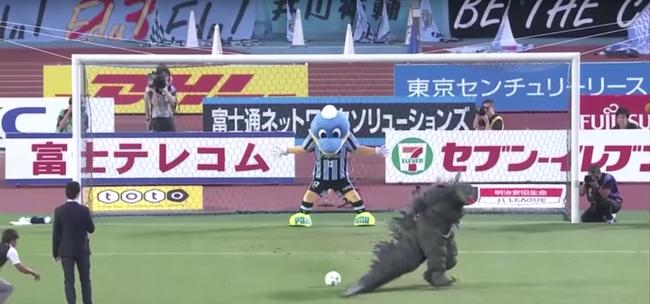 Ilyen is csak Japánban történhet, Godzilla próbált 11-es gólt lőni!