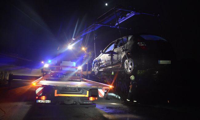 Darus autómentés: a Dunába borult egy kocsi - képek