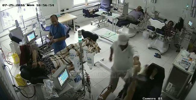 Lelocsolta benzinnel és felgyújtotta a beteget, ő is meghalt - videó