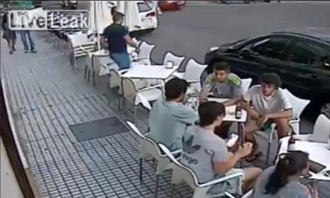 Iszogató társaságra zuhant a vakolat - videó