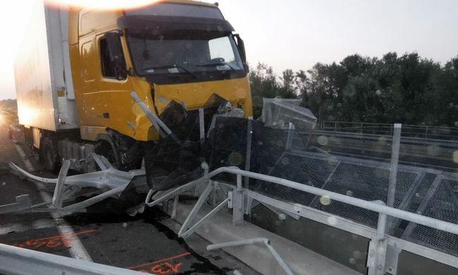 Ez történik, ha kamionnal hajt szalagkorlátnak - képek