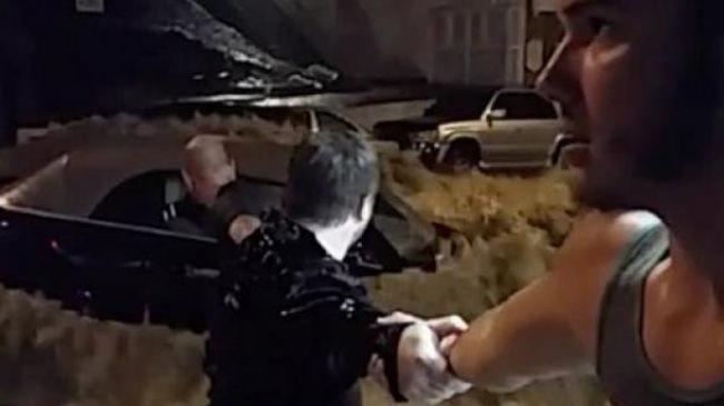 Majdnem elsodorta a nőt az árvíz, élőlánc mentette ki - videó