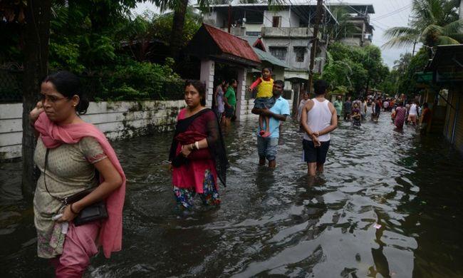 Száz halott, egymillió menekülő ember - tombol a monszun