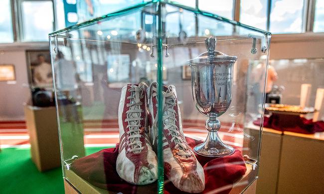 Gyászszalagos zászló és Puskás cipője az olimpiai relikviák közt - képgaléria