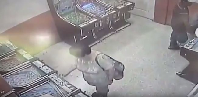 Macsétával vágta le játékgépező párja karját - videó