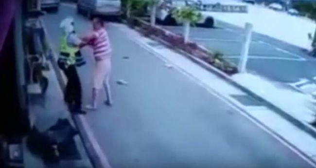 Húsbárddal esett a rendőrnek - videó