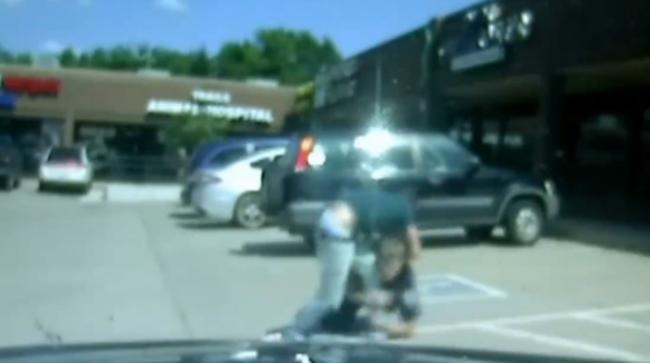 Így segített egy férfi a rendőröknek leteperni a fegyveres tolvajt - videó