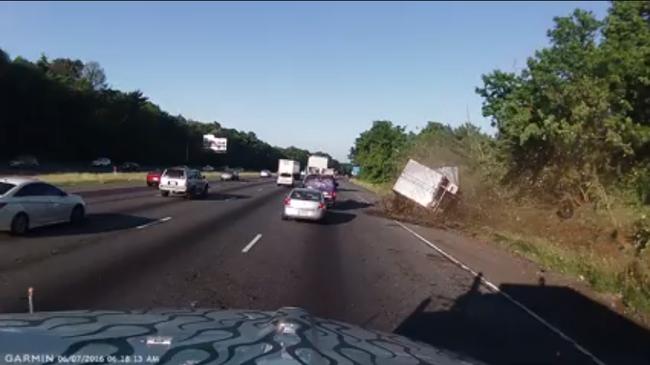 Hátborzongató videó: fákat tarolt le a kisodródó kamion