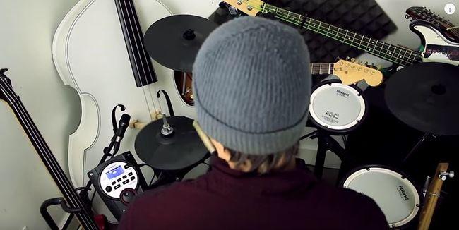 Egyszerre játszik dobon és két gitáron - videó