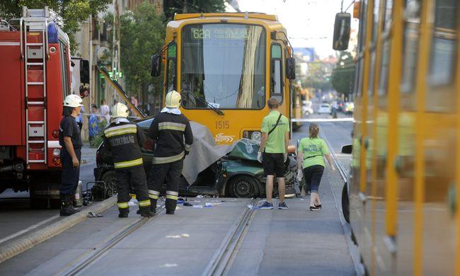 Halálos baleset: villamos ütközött autóval