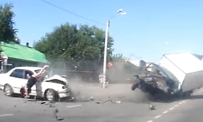 Sokkoló videó: Kirepült a terhes nő a kocsiból a frontális ütközésben