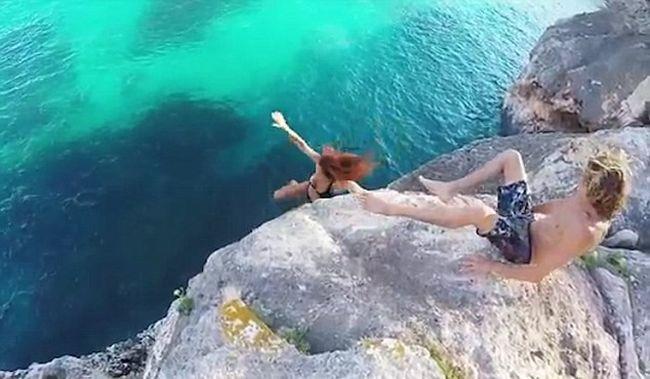 A fiú csak ült és nézte, hogyan zuhan le a barátnője a szikláról