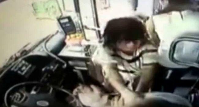 Pengével vágta el a buszvezető nyakát, mert belehajtott a pocsolyába és lefröcskölte - videó