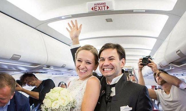 Repülőn jegyezte el barátnőjét, majd azonnal el is vette