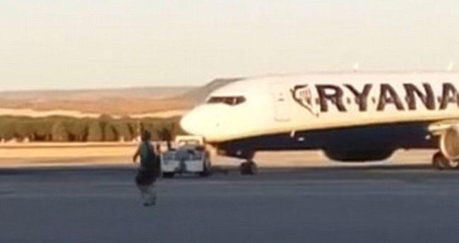 Kifutópályán szaladt a lekésett repülőgép után egy utas - videó
