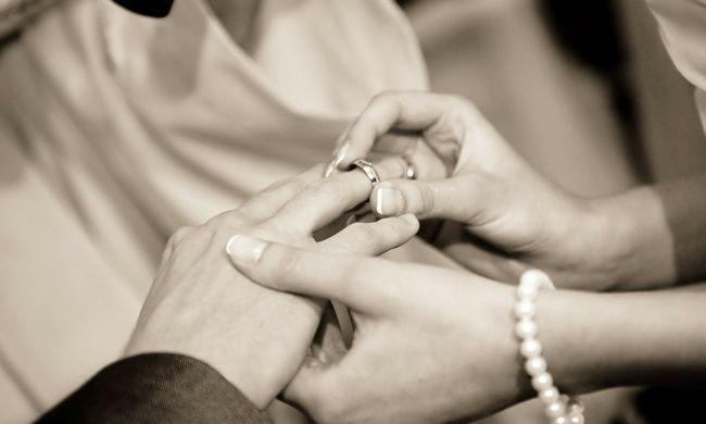 Szívszorító: anyja halálos ágyánál ment férjhez ez a fiatal nő