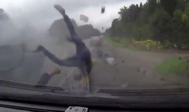 Sokkoló videó: kirepültek a kocsiból az utasok az ütközéstől, majd elütötték őket