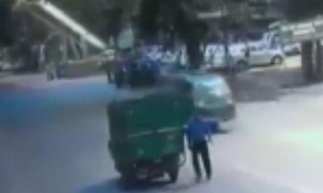 Több százan haladtak el a halálra gázolt férfi mellett, még a mobilját is ellopták - videó