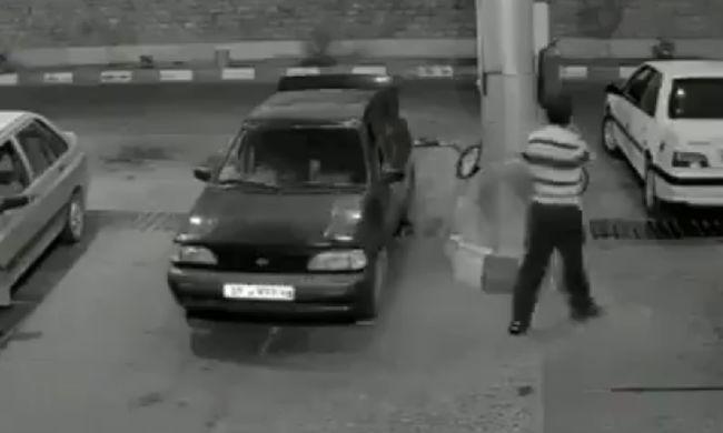 Benzinkúton robbant fel egy autó - videó