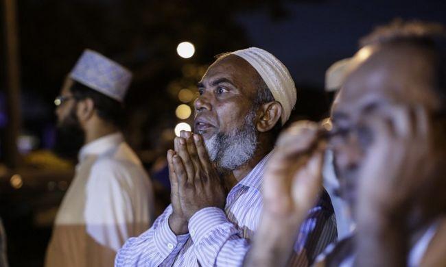 Utcán imádkozó muszlimok miatt robbant ki botrány