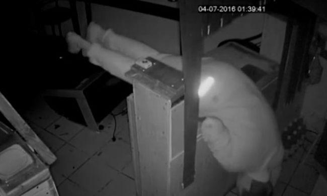 Részegen szerencsétlenkedett a pizzériában a betörő, felvette a kamera - videó