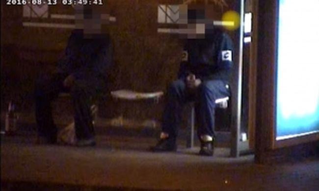 Elaludt a buszmegállóban, elkezdtek alá nyúlkálni - videó