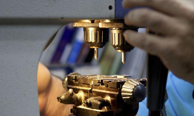25 ezer betöltetlen munkahely van az iparban, a kisvállalkozások járhatnak pórul