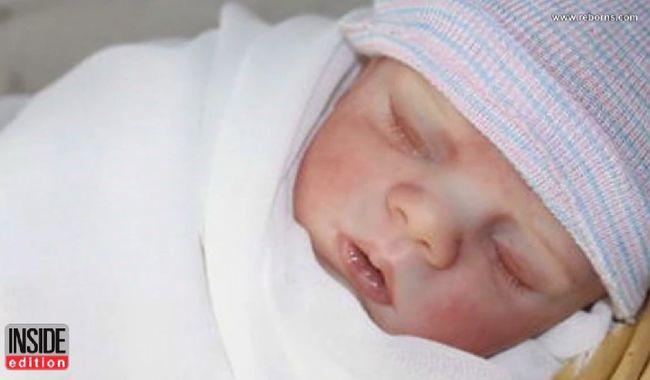 Többször próbálta újraéleszteni a csecsemőt a rendőr - ami valójában játékbaba volt - videó