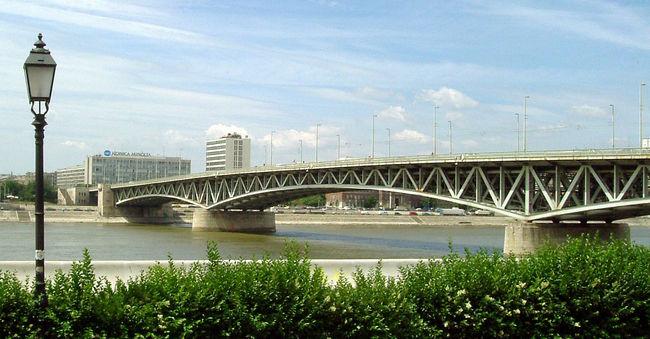 Fejjel lefelé lógott a Petőfi hídról a férfi