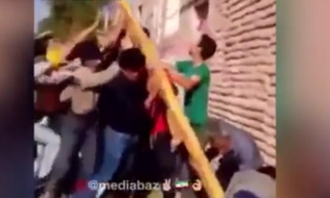 Egyszerre zuhantak a földre az áramütéstől az utcán - videó