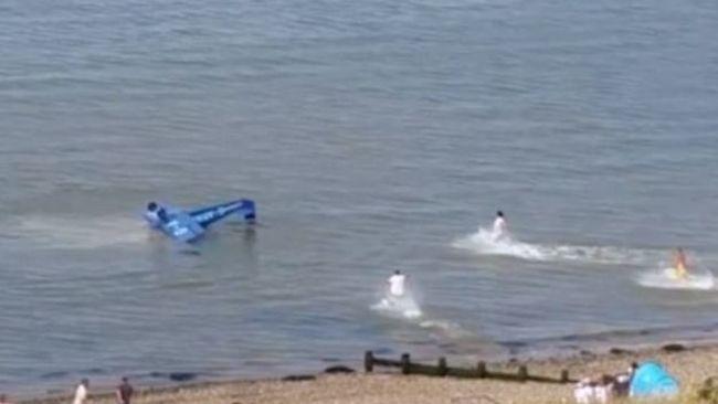 Járókelők rohantak oda, hogy megmentsék a pilóta életét
