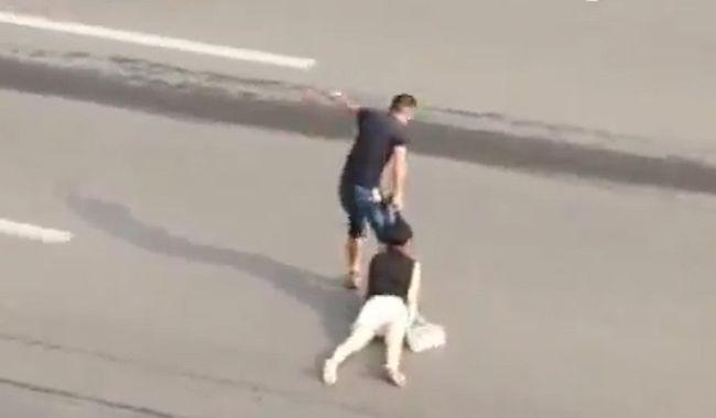 Hajánál fogva rángatta át a sikoltozó nőt az úton - videó